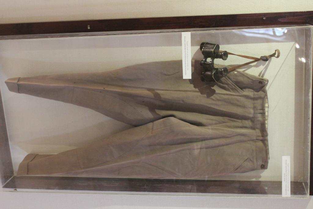 بنطال ومنظار، استخدمتهما الراوية ناريمان خورشيد لمقاومة اعتداءات العصابات الصهيونية قبل عام 1948، يافا، 1947